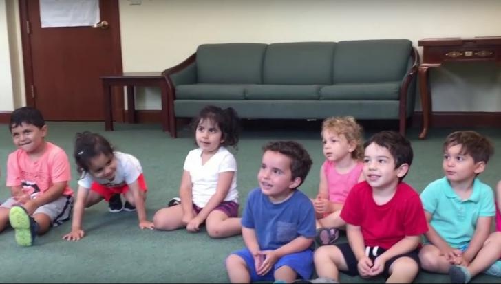 Cum reacţionează un puşti când educatoarea începe să cânte. Râzi cu lacrimi!