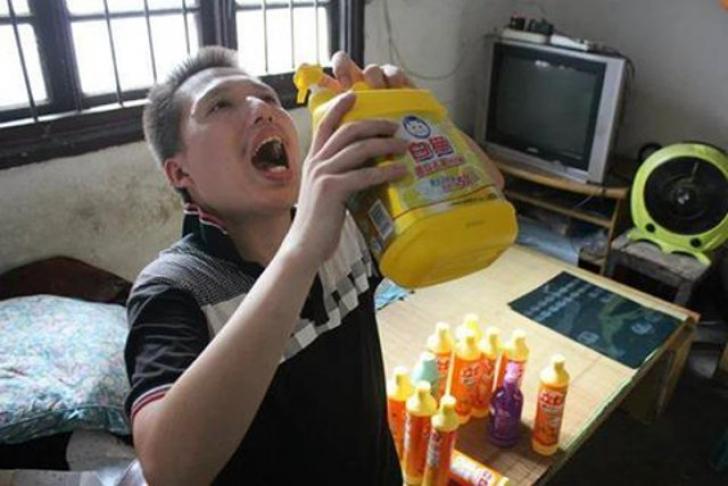 Omul care bea zilnic jumătate de sticlă de detergent e bine mersi, dar are un regret enorm