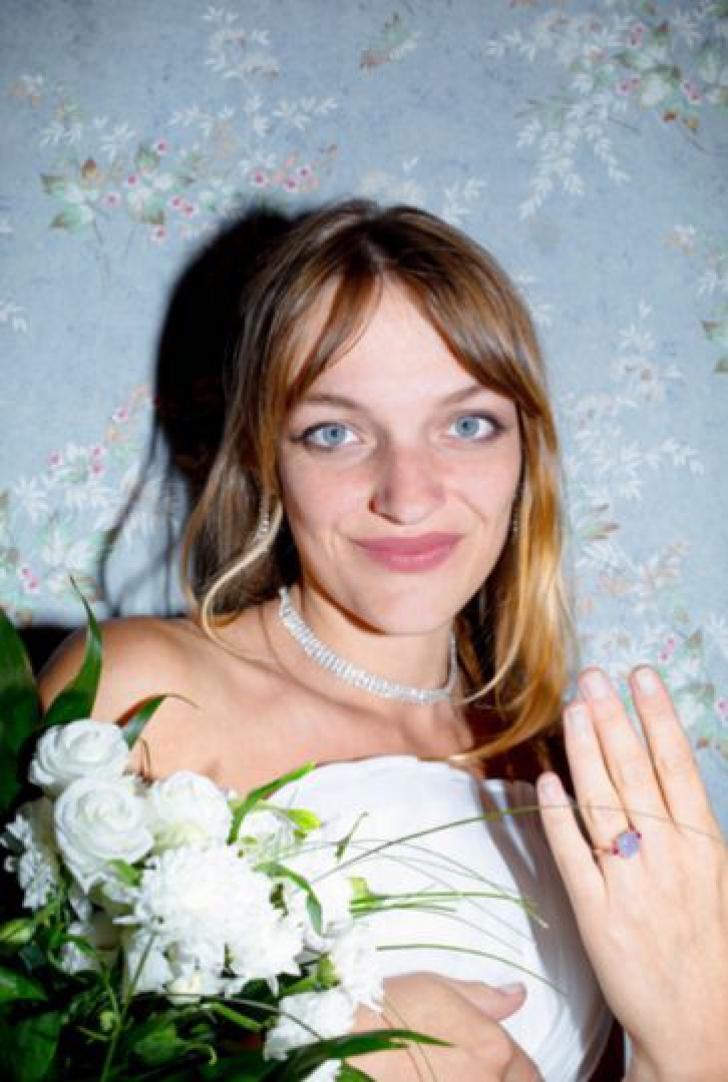<p>Cea mai trista nunta. Mireasa a decis sa se casatoreasca fara mire. Motivul fabulos!</p>