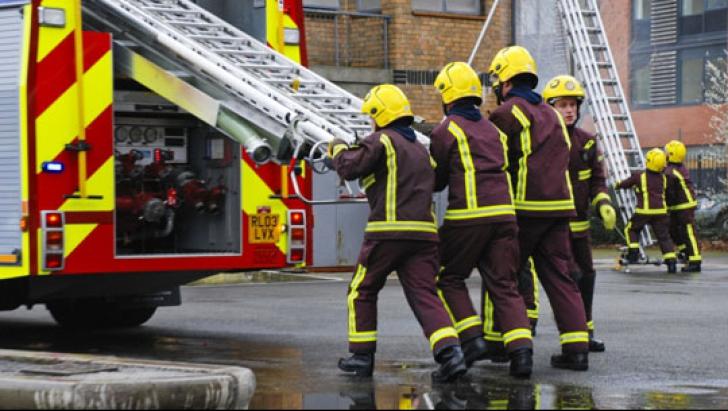 Incendiu devastator într-un bloc din Londra. Intervin peste 100 de pompieri. VIDEO