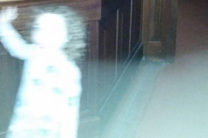 Şi-a pozat copilul într-un muzeu. Acasă, s-a uitat la poze şi a înlemnit. Ce a apărut în fotografii