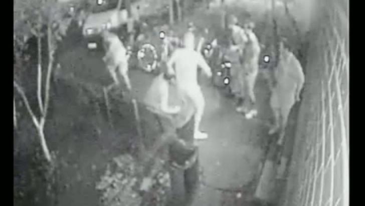 Clipe de groază. Studenți din București, amenințați cu arma în fața căminului