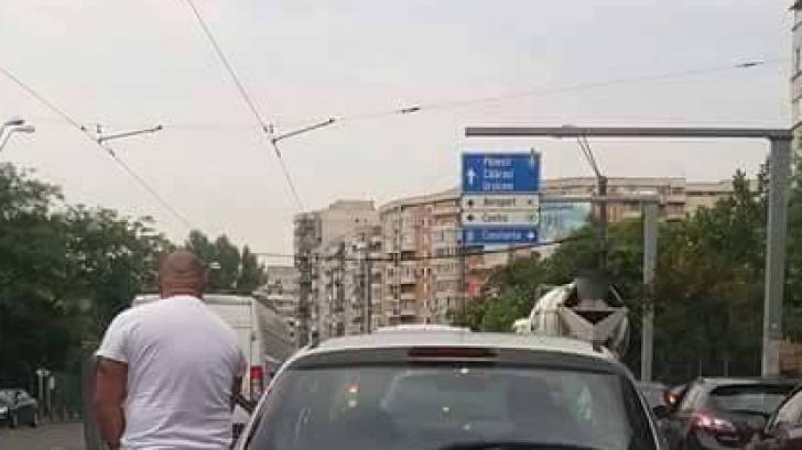 """REVOLTĂTOR! Un şofer din Bucureşti a făcut ASTA în timp ce aştepta la semafor: """"Câtă nesimţire!"""""""