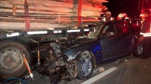Accident înfiorător în judeţul Bistriţa-Năsăud. Doi morţi, după ce maşina a intrat sub un TIR