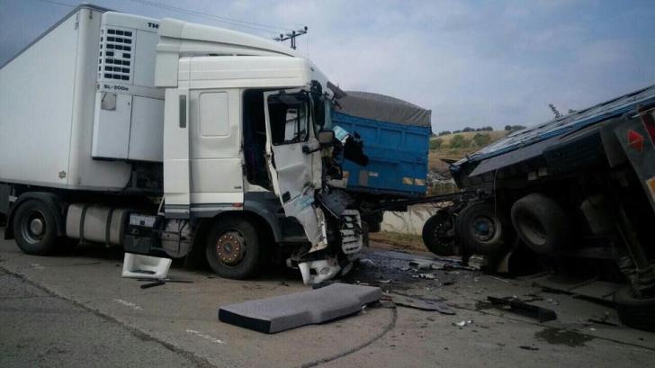 Accident cumplit pe A1. Două camioane s-au ciocnit. Traficul este blocat