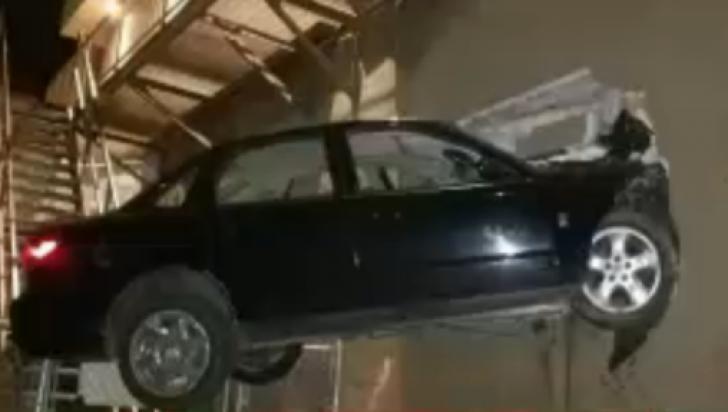 Cel mai prost şofer din toate timpurile. Unde şi-a parcat maşina. Imagini fabuloase!