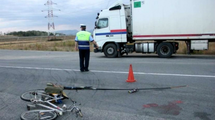 Accident grav. Un biciclist a fost lovit de un TIR pe DN1A