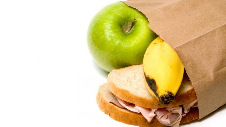Ca ea nu procedează nimeni: cum îi dă o soţie pachetul de prânz soţului său - e SPECTACULOS!