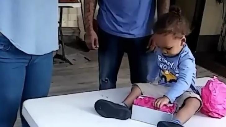 Cadoul primit de un copil de doi ani, de la bunica lui. Toată lumea a început să plângă de emoţie!