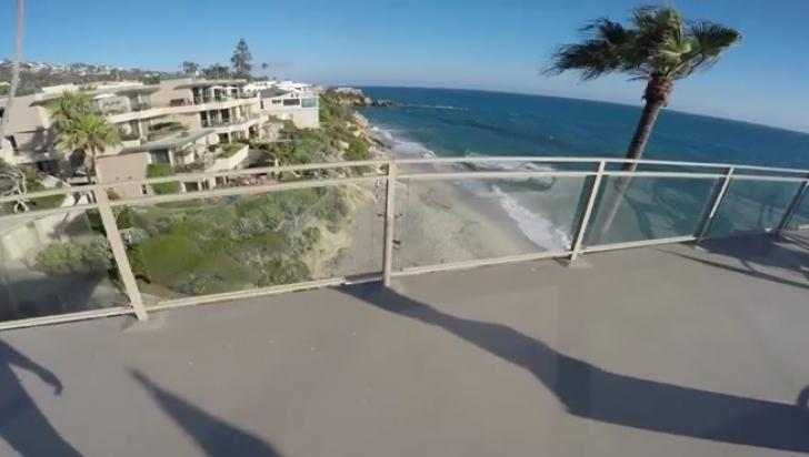 Clipul care îţi va da fiori: se urcă pe acoperişul hotelului şi face ceva uluitor!