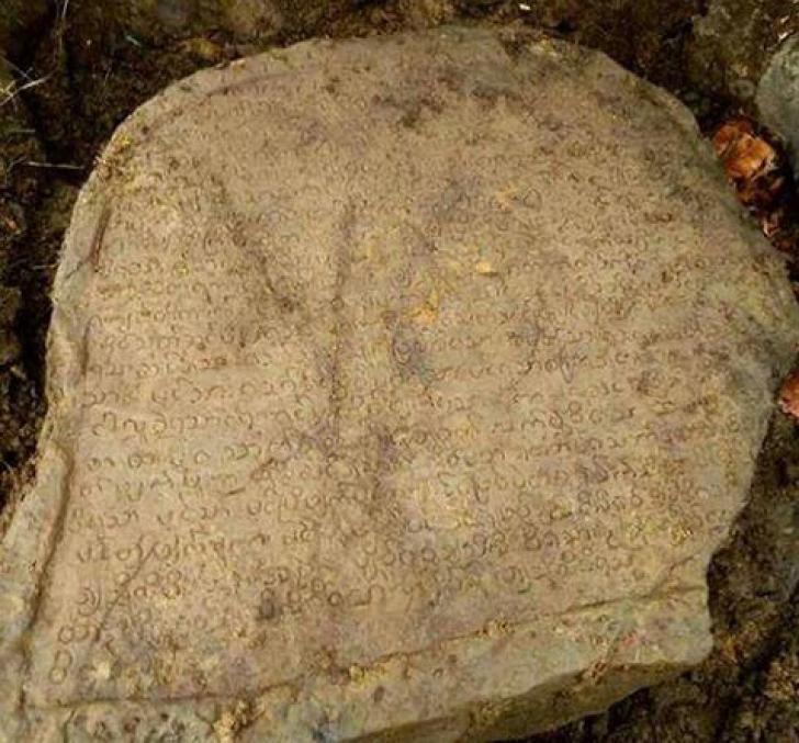 """Au scos din pământ o piatră funerară veche și au încremenit. """"N-am mai văzut așa ceva"""""""