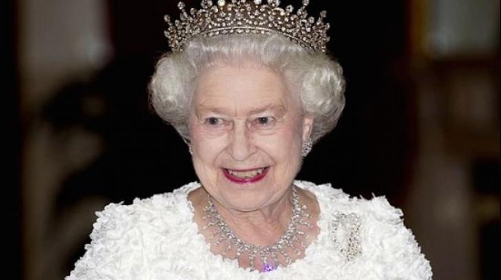 Imagine rară: cum a fost surprinsă Regina Elisabeta, alături de fiul său, Prinţul Charles