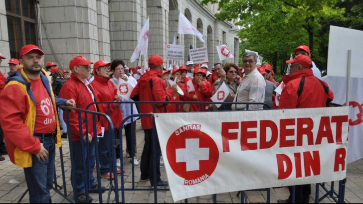 Medicii, din nou în stradă: Peste 100 de sindicalişti protestează în faţa Ministerului Muncii