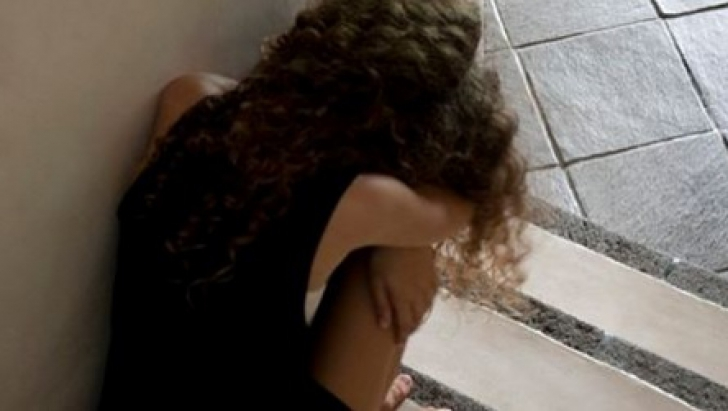 MESAJUL ÎNFIORĂTOR scris de o tânără cu cuţitul între picioare, după ce a fost violată ani la rând