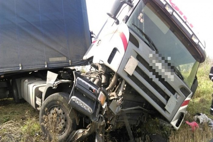 Şi-a văzut moartea cu ochii! Ce făcea un şofer pe o şosea din Timiş când s-a trezit cu tirul în şanţ