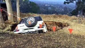 Maşina căzută în gaură