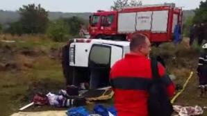 Accident înfiorător pe o şosea din Iaşi. Un microbuz plin cu pasageri s-a răsturnat