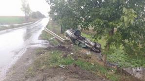 Accident cumplit, în drum spre spital. A derapat şi s-a răsturnat cu maşina în şanţ