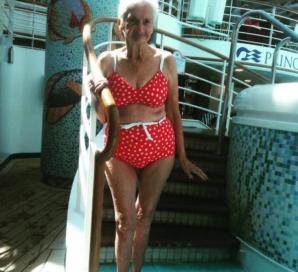 Această bunică de 90 de ani a stat la poză. Când au văzut costumul de baie... au luat foc!