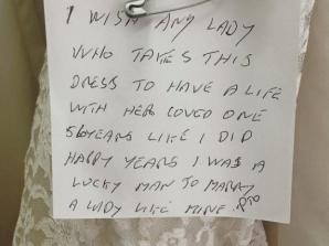 A donat rochia de mireasă a soţiei sale, alături de un bilet emoţionant! Trebuie să îl citeşti!