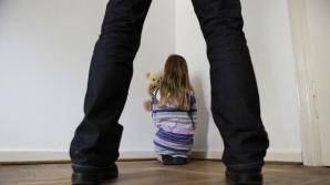 Şi-a obligat fetiţa de doar 6 ani să se prostitueze. Copila dormea pe ciment într-o cameră cu alţi 5 bărbaţi