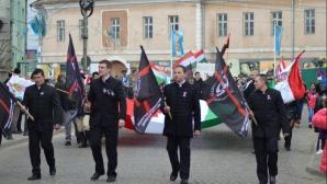 În mijloc: Beke Istvan Attila, judecat pentru terorism, și Szocs Csongor, noul președintele al HVIM Transilvania