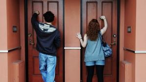 Atenție! Dacă îți bat la ușă nu-i primi în casă! Ultima metodă de TÂLHĂRIE folosită de hoţi