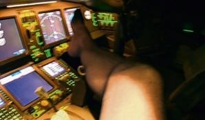 Pilotul şi-a făcut poze sexy în cabina avionului