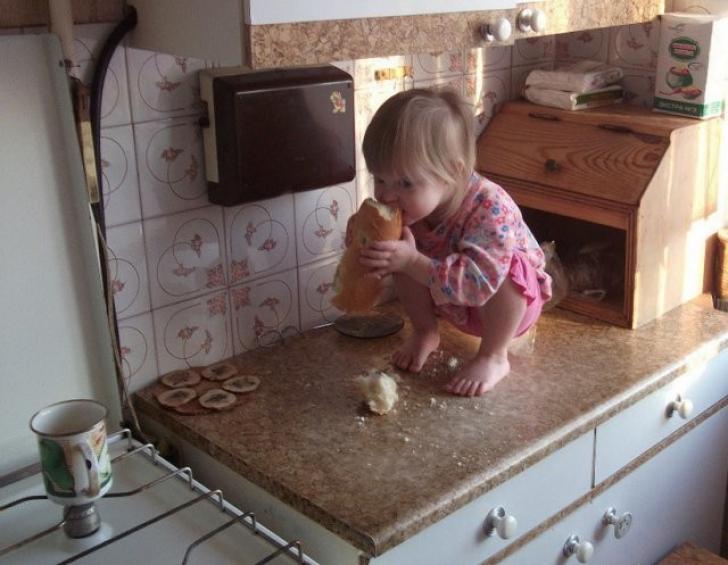 Cele mai amuzante imagini: ce înseamnă 5 minute de linişte când ai un copil mic! GALERIE FOTO