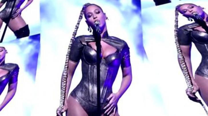 Imagini şocante! Beyoncé a cântat cu o rană deschisă la cap şi i-a indemnat pe americani la vot
