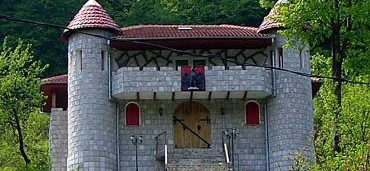 Castelul bizar de la poalele Sarmisegetusei, scos la vânzare. Care e preţul cerut