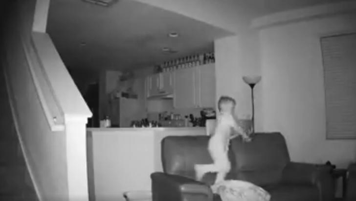 Tată şocat de ce a văzut pe camerele de supraveghere: copilul aştepta să adoarmă părinţii, apoi...