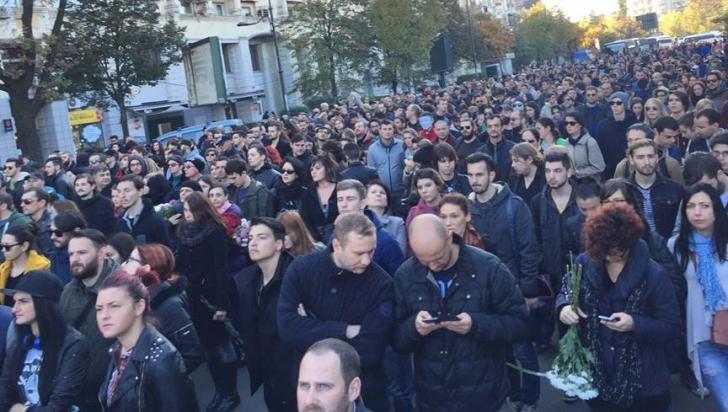 Marș tăcut către Colectiv. 5.000 de persoane au ajuns la locul tragediei