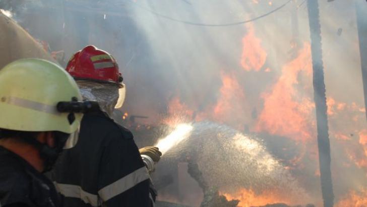 Descoperire macabră într-o baracă făcută scrum într-un incendiu, din Bucureşti
