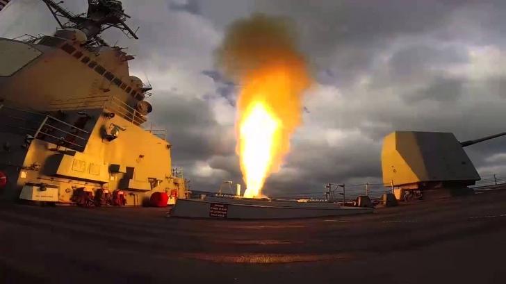 Un distrugător american, atacat cu rachete de militanții susținuți de Iran