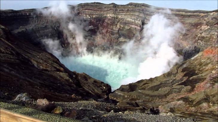Imagini spectaculoase. Vulcanul Aso din Japonia a erupt