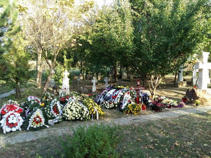 S-a dus lângă mormântului copilului ei i-a șoptit să-i dea un semn.La scurt timp a început să PLÂNGĂ