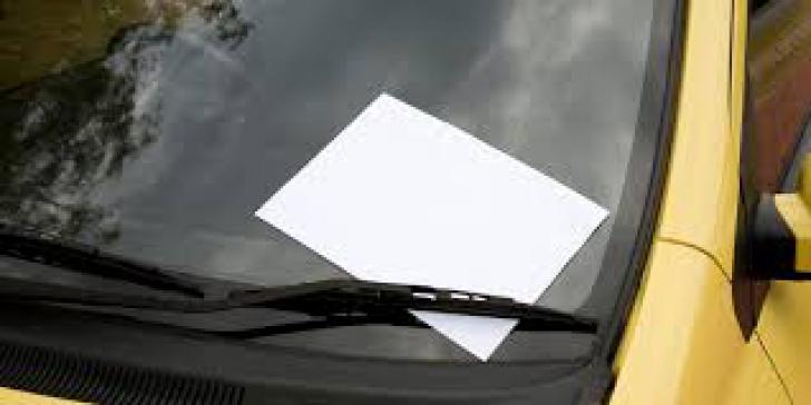 A lăsat maşina în parcarea unui restaurant. A doua zi a găsit un bilet în parbriz - a plâns!