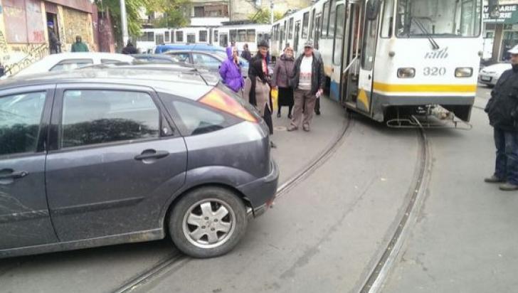 Tramvaie blocate în Capitală, din cauze unei maşini parcate pe şine.Şoferiţa s-a ales cu dosar penal