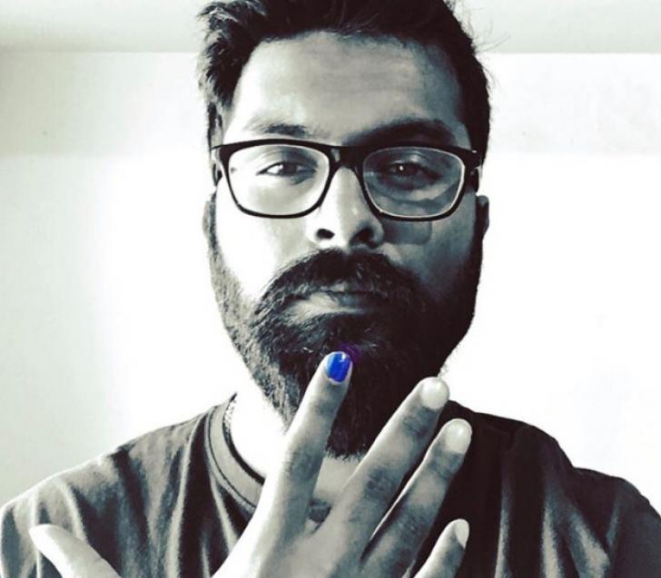 Tot mai mulți bărbați își dau cu ojă pe o unghie, își fac poze și le distribuie. Care e scopul