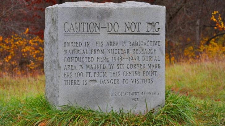 """""""Atenție, nu săpați!"""". Un epitaf straniu dezvăluie ce se află îngropat în acest loc"""