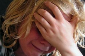 Paznicul unei şcoli din Galaţi, acuzat că a bătut un copil cu coada măturii. Băiatul, la spital