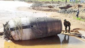 Un obiect metalic a căzut din cer în apropierea unui sat. Oamenii sunt îngroziţi. Ce este acesta?