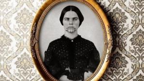 Povestea şocantă din spatele acestei imagini. Cine este tânăra cu tatuajul misterios pe faţă?
