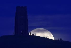 Cele mai impresionante fotografii cu Super Luna de luni seară