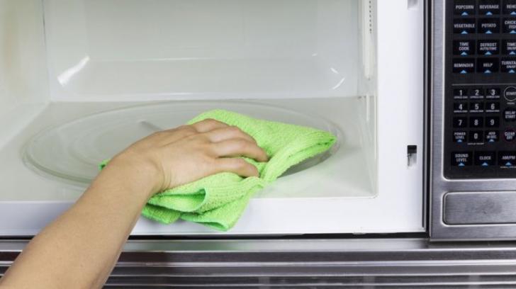 Cum să cureţi cuptorul cu microunde în doar 5 minute