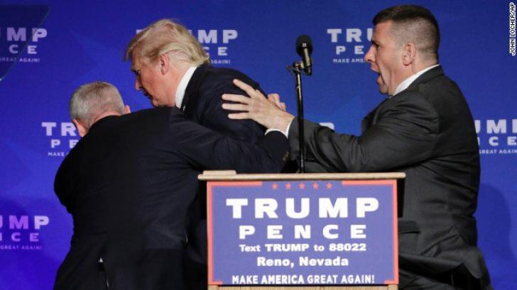Donald Trump, scos de pe scenă