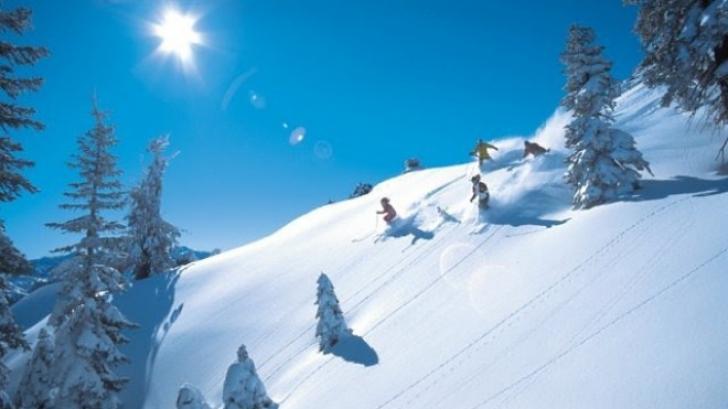Weekend cu zăpadă pe pârtii. Stațiunea din România unde sezonul de schi s-a deschis