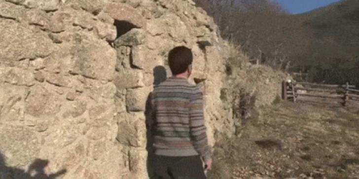 A găsit un grajd în mijlocul pustietăţii. Cel puţin, aşa credea. A intrat şi acolo era o comoară