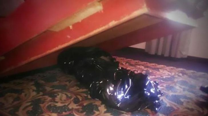 S-au cazat la hotel. În timpul nopţii au simţit un miros ciudat.Când s-au uitat sub pat, au înlemnit